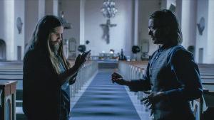 Närbild på Steffe (Joanna Wingren) och Micke (Sonja Ahlfors) i en kyrka..