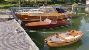 Jonatan Reuters vackra träbåtar, en jolle som han själv byggt, en som han restaurerat och familjens egen båt.