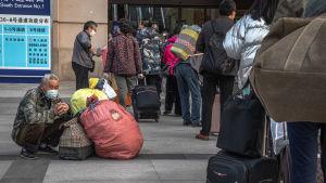 Människor köade till järnvägsstationen i Wuhan på onsdag morgon.
