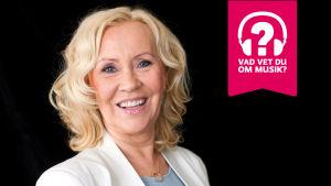 Agnetha Fältskog ler.