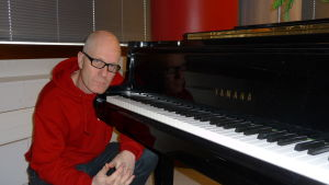 Riddo Ridberg vid ett piano.