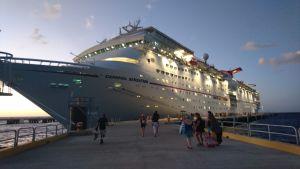 Kryssningsfartyget Carnival Sensation vid kajen.