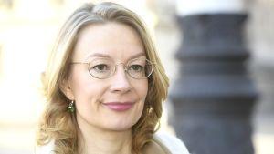 Närbild av Europaminister Tytti Tuppurainen (SDP) då hon anländer till Ständerhuset till regeringens sammanträde den 8 april 2020.