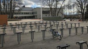 Lotilan koulun piha on tyhjä oppilaista etäopetuksen takia.