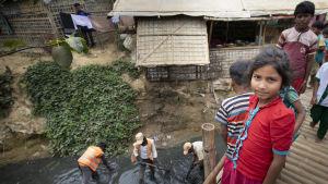 Flyktingbarn i flyktingbosättningsområdet Cox´s Bazar i Bangladesh. På området bor omrking en miljon flyktingar, fränst rohingyer som flytt från Myanmar. Området är nu isolerat från omvärlden för att hindra att coronasmittan sprids till området.