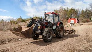 Lemiläinen perunanviljelijä Ahti Junnonen ajaa traktorilla.