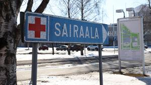 Sairaalakyltti Mehiläinen Länsi-Pohjan parkkipaikan reunalla