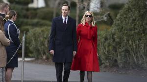 President Trumps svärson Jared Kushner och dottern Ivanka Trump efter en ceremoni i Vita huset den 29 januari i år.