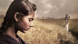 Käsitelty kuva, jossa nuori tyttö katsoo surumielisesti alaspäin. Taustalla pellolla mies työväline kädessään.