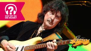Ritchie Blackmore spelar elgitarr.