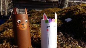 Leksaksdjur av tomma pappersrullar. En nalle och en enhörning.