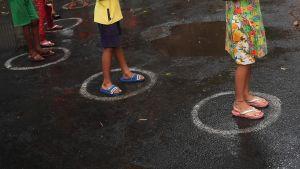 Barn köar för att få mat i Calcutta 12.4.2020