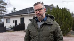 Andreas Gammelgård har solpaneler på taket men vill ännu inte investera i batterier.