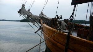 en bit av ett gammal skepp som flyter i en skärgård