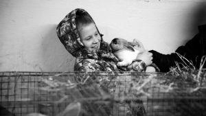 Palkitun ohjaajan Paul Anders Simman dokumenttielokuva Rakas äitini kertoo Dashasta, venäjän saamelaisesta nuoresta naisesta.