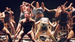 Batsheva Dance Companyn tanssijoita lavalla. Kuva dokumenttielokuvasta Mr. Gaga