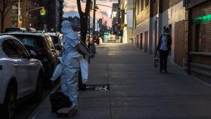 Vårdare i Brooklyn, New York, byter om till skyddsutrustning under coronakrisen.