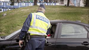 En polis har stannat en bilförare.