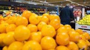 Hedelmiä kaupan hedelmäosastolla.