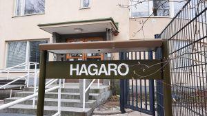 Skylt där det står Hagaro.