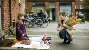 Ur serien - dottern vill sälja sina leksaker på gatan