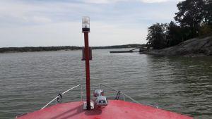 Båttak och hav, en holme och en brygga