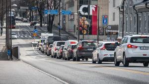 Bilar i kö vid trafikljus