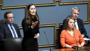 Statsminister Sanna Marin (SDP) i riksdagen den 29 april 2020.