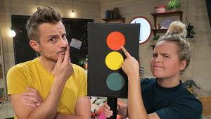 Malin och Jontti funderar på vad grönt ljus betyder, och vad rött ljus betyder-