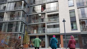 Äldre som sjunger på balkongen.