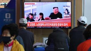 Stillbilder på Kim Jong-Un visas på en teve på en järnvägsstation i Sydkoreas huvudstad Seoul.