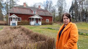 Anna Hougberg utanför Nickby gård.