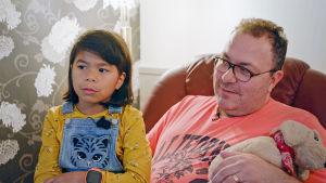 Samantha med pappa Mikael Normyr hemma.