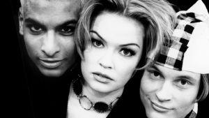 Tino Singh, Micaela Fagerhilm-Valkama och Paavo Kerosuo på Hypes pressbild 90-tal. Svartvit bild.