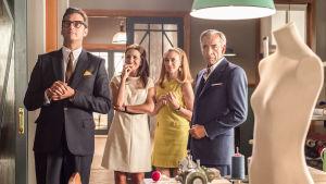 Velvet colección -sarjan neljä hahmoa seisovat ompeluhuoneessa, kuvan edustalla mallitorso.