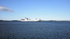 En fraktfartyg ute på öppet vatten.