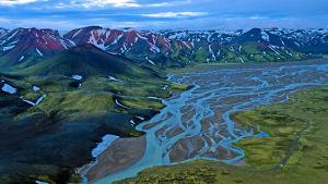 Dokumentti seuraa Islannin luontoa vuodenaikojen muovatessa maisemaa.