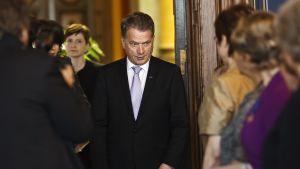 President Niinistö på en tillställning där han delar ut morsdagsmedajer.