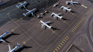 Kuvassa on Finnairin lentokoneita toukokuussa Helsinki-Vantaan lentokentällä. Koneet ovat maassa koronaviruspandemian vuoksi.