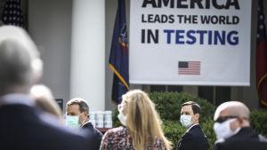 """Trumps rådgivare, svärsonen Jared Kushner bar också ansiktsmask under presskonferensen i Vita husets rosenträdgård. USA som """"världsmakt"""" vad gäller coronatestning var temat för presskonferensen."""