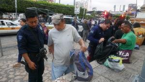 poliisi ratsaa siirtolaisia