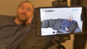 Kuvassa Jarno Tahvanainen on sohvalla.