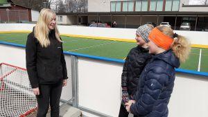 Opettaja Anni Sillanpää ja seitsemäsluokkalaiset Fanni Pakkala ja Juulia Nykänen (oikealla) Vetelissä.