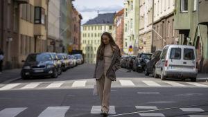 Kajsa Quinterno vid ett övergångsställe i Helsingfors.