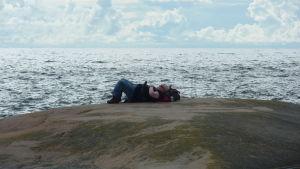 Man njuter av havets brus på en klippa ute på Bengtskär.
