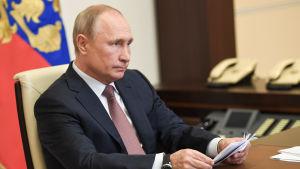 President Vladimir Putin deltar i en videokonferens om skötseln av coronaepidemin. Bilden har tagit den 15 maj utanför Moskva.