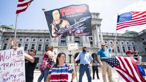 Demonstranter i Pennsylvanias huvudstad Harrisburg kräver ett slut på coronarestriktionerna.