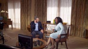 Lance Armstromg talar med Oprah Winfrey.