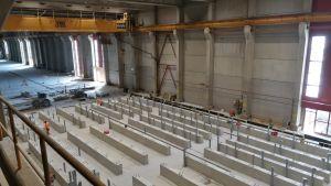 Rakennustyömää suuressa hallissa.