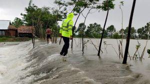 Skyddsvallar mot översvämningar överrumplades snabbt av flodvågorna då Amphang drog in över land.